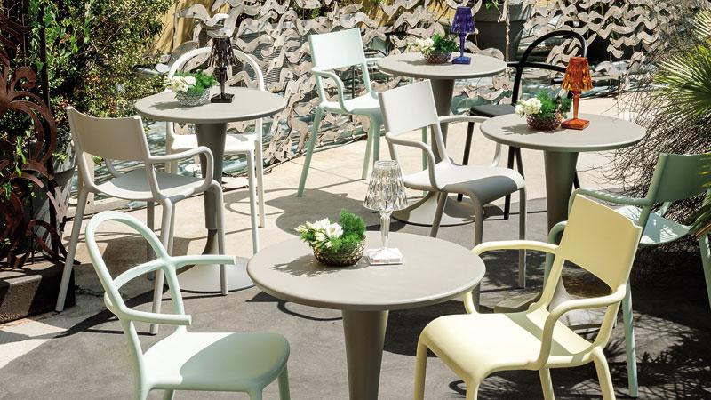 Sedia Masters, design Philippe Starck con Eugeni Quitllet e Tavolo Invisible
