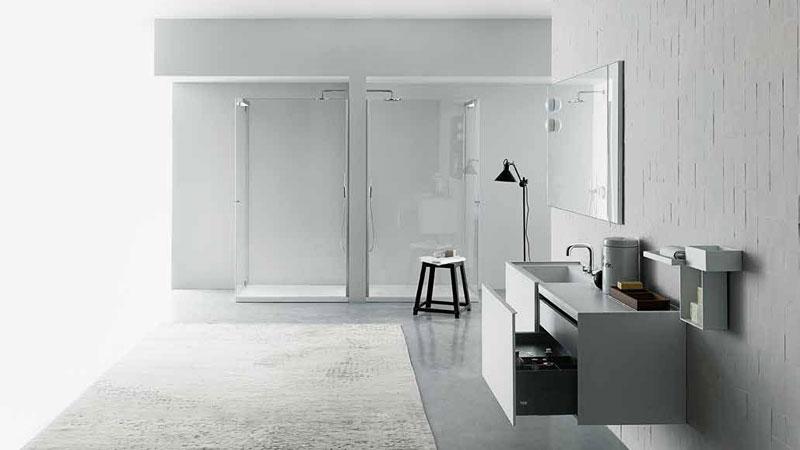Badezimmermöbel B20, Waschtisch UNIVERSAL, Armaturen für Waschtisch und Dusche LIQUID, Spiegel WK6, Leuchten BOCCIA, Accessoires SKYLINE, Duschkabine TAPE