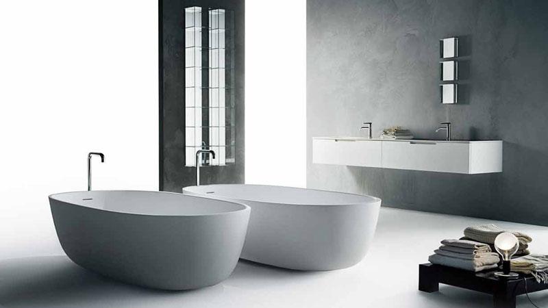 Badezimmermöbel DUEMILAOTTO - Waschtisch SABBIA - Mischbatterie LIQUID - Spiegel KAJA - Offene Aufbewahrungsmöbel GLASS - Badewannen ICELAND