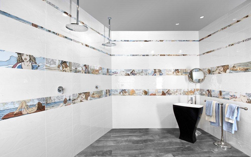 Piastrelle bagno con fumetti interno antico del bagno con la