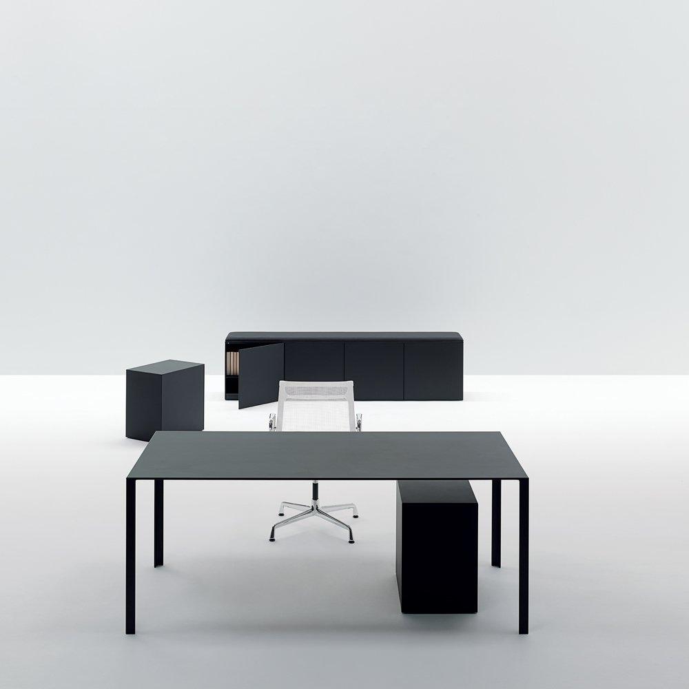 Scrivanie e scrittoi scrivania lessless da unifor for Unifor milano