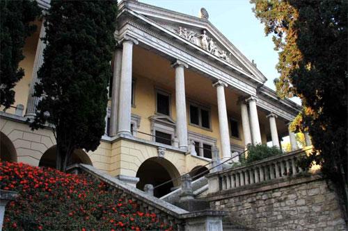 Le icone del design nella villa storica sul lago di Garda