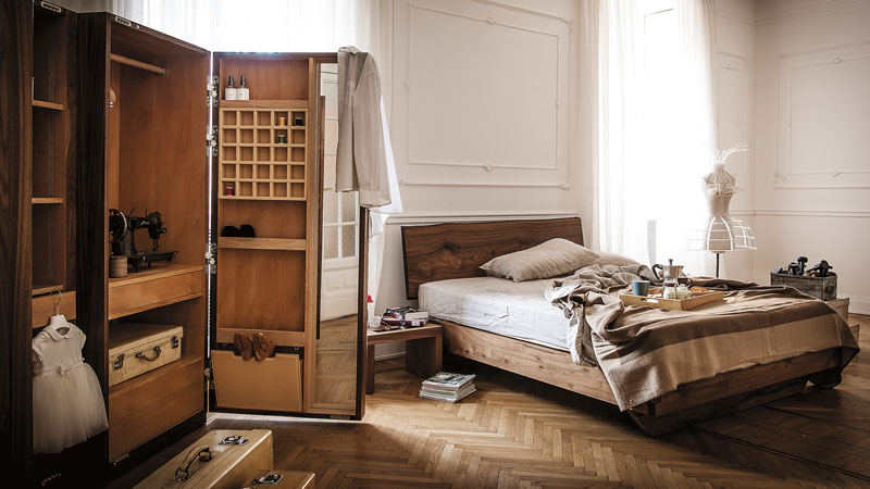 LOCATION MAILAND | Bett NATURA 6 Designed by C.R. & S. RIVA1920 - Garderobe NUIT Designed by Giuliano Cappelletti - Nachttisch NIGHT Designed by Terry Dwan