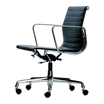 Petit fauteuil EA 117